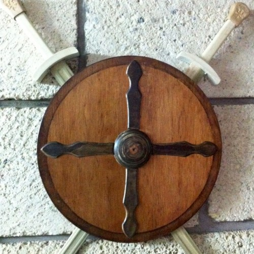 Escudo y espadas de madera